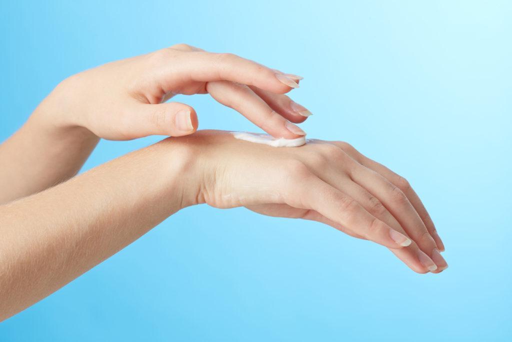 Jakich kremów używać do wysuszonych dłoni żelami antybakteryjnymi?